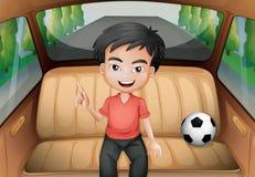 Een jongen binnen de auto met een voetbalbal vector illustratie