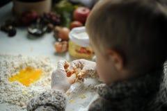 Een jongen in de keuken Stock Fotografie