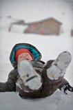 Een jongen in de sneeuw stock foto