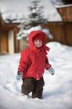 Een jongen in de sneeuw royalty-vrije stock afbeelding