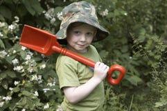 Een jongen in de tuin stock foto