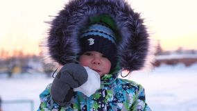 Een jongen in een de winterpark, gezichtsclose-up Het lopen in de verse lucht Gezonde Levensstijl stock footage