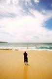 Een jongen die bij het strand vist Stock Afbeeldingen