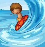 Een jongen die in het overzees surft Stock Foto