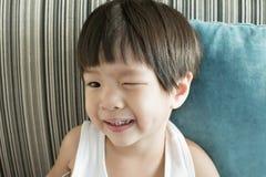 Een jongen die met bederftanden glimlachen Stock Fotografie