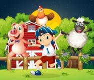 Een jongen die met de landbouwbedrijfdieren spelen Royalty-vrije Stock Foto