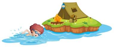 Een jongen die naar het kampeerterrein gaan Stock Foto