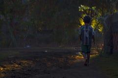 Een jongen die op een vuilweg lopen Royalty-vrije Stock Afbeelding