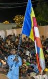 Een jongen die van Sri Lankan de Boeddhistische vlagparades houden bij het Kataragama-Festival in Sri Lanka stock afbeelding