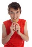 Een jongen die zachte geleilollies eet stock afbeelding