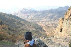 Een jongen die zich boven de bergketen bevinden royalty-vrije stock afbeeldingen