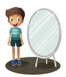 Een jongen die zich naast de spiegel bevinden Stock Foto