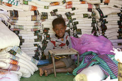 Een jongen door stof, Ethiopië wordt omringd dat Royalty-vrije Stock Foto's