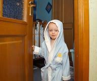 Een jongen in een blauwe robe Royalty-vrije Stock Foto's
