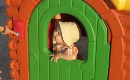 Een jongen in een huis van kinderen stock foto
