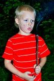 Een jongen en een brand Stock Foto