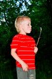 Een jongen en een brand Stock Afbeeldingen