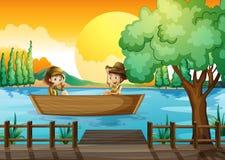 Een jongen en een meisje bij de boot Stock Afbeeldingen