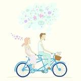 Een jongen en een meisje die fiets achter elkaar berijden Stock Foto's