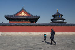 Een jongen en een oude vrouw die door de Tempel van Hemel in Peking overgaan Royalty-vrije Stock Foto's