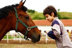 Een jongen en een paard Royalty-vrije Stock Afbeeldingen