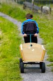 Een jongen en een wagen Stock Foto's