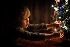 Een jongen en een Kerstboom stock foto