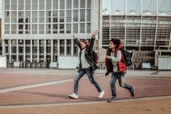 Een jongen en een meisje die dichtbij het stadion lopen royalty-vrije stock foto