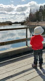 Een jongen geniet van vissend Stock Afbeelding