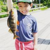 Een jongen geniet van vissend Stock Foto