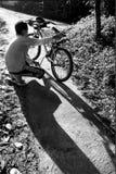 Een jongen herstelt zijn fiets Royalty-vrije Stock Fotografie