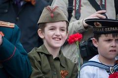 Een jongen in het kostuum van een Sovjetmilitair royalty-vrije stock foto's
