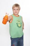 Een jongen houdt in handen inpakkend met vitaminen. Stock Afbeeldingen