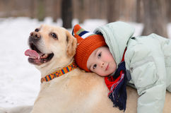 Een jongen legt op de hond Royalty-vrije Stock Afbeelding