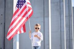 Een jongen met Amerikaanse vlag Royalty-vrije Stock Afbeeldingen