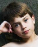 Een jongen met blauwe ogen. royalty-vrije stock afbeelding