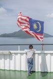een jongen met de fladderende vlag van Maleisië Royalty-vrije Stock Foto's