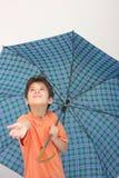 Een jongen met een paraplu Stock Fotografie