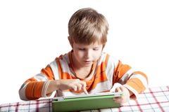 Een jongen met een tabletcomputer Stock Fotografie