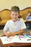 Een jongen trekt door gevoelde pen Stock Foto's