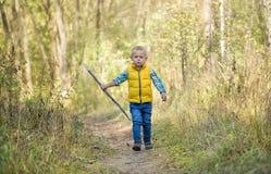 Een jongen met een houten stok royalty-vrije stock afbeeldingen