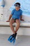 Een jongen met vinnen en masker om te zwemmen Stock Foto's
