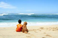Een jongen met zijn hond Stock Foto's
