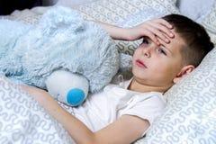 Een jongen nam ziek, en behandeld stock afbeeldingen