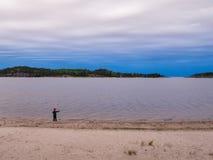 Een jongen op de kust van meer Ladoga Stock Afbeeldingen