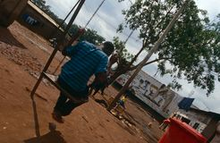 Een jongen op een schommeling in Oeganda. Royalty-vrije Stock Foto