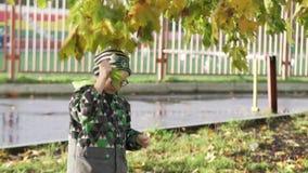 Een jongen op een gang in het park stock video