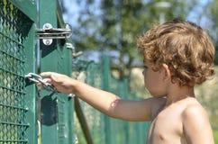 Een jongen probeert aan het ontsnappen Royalty-vrije Stock Fotografie