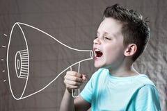 Een jongen schilderde met luidspreker het schreeuwen stock foto