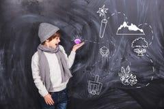 Een jongen speelt in de zoektocht stock foto's